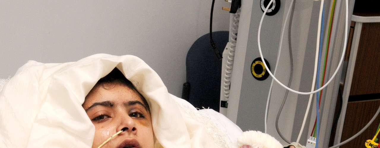 Los últimos reportes médicos indican que Malala Yusufzai continúa en recuperación satisfactoria en el hospital Queen Elizabeth de Birmingham, centro de Inglaterra, aunque aún no está fuera de peligro.