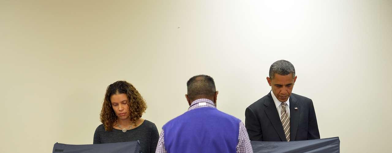 Obama emitió su voto unos minutos después de las 16.00 hora local (21.00 GMT) en el centro comunitario Martin Luther King de Chicago, a unas cuadras de la casa donde vivía, en el barrio Hyde Park. \