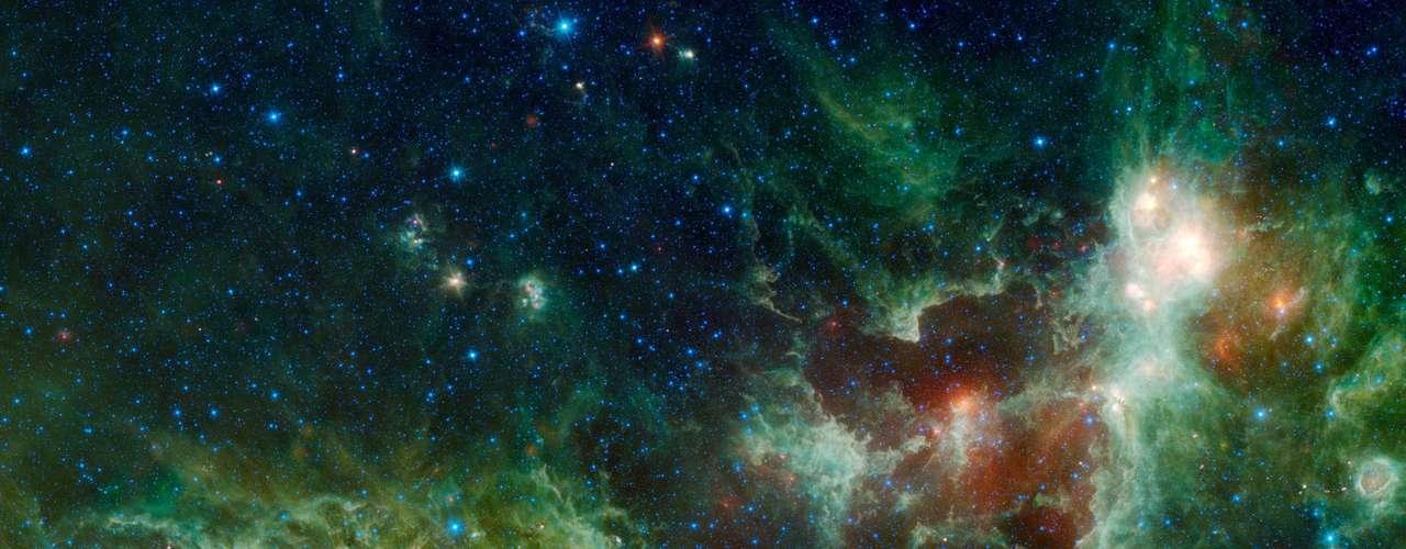 Los científicos utilizaron el telescopio de sondeo Vista que posee un enorme espejo de 4,1 m de diámetro con un amplio campo de visión y que cuenta con detectores infrarrojos muy sensibles que permitieron crear una inmensa imagen en color del centro de la Vía Lactea de 54.000 por 40.500 píxeles.