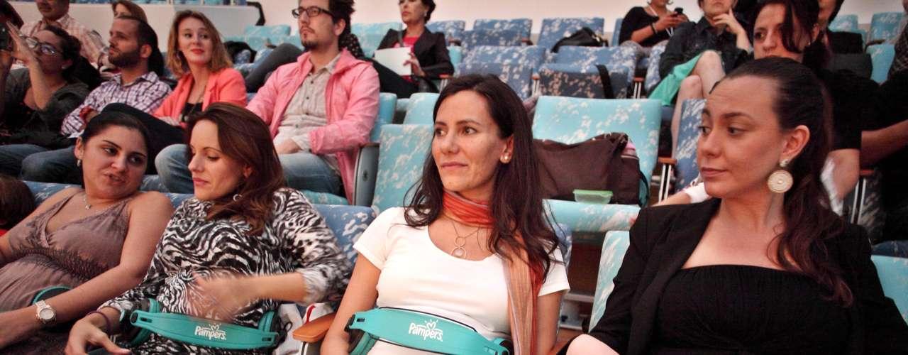 En el evento, varias mujeres embarazadas colocaron audífonos en sus vientres para que sus hijos escucharan un concierto de la sexy estrella mexicana.