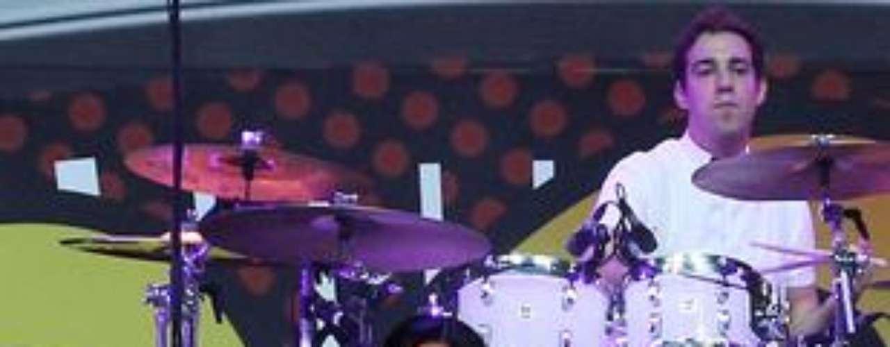 Katy Perry cumplió 28 años y quisimos rendir un homenaje a sus looks más sensuales, llenos de color y únicos. Su cabellera ha sufrido varios cambios de color, en una temporada lució el pelo color rosa, luego azul. Ahora lo lleva negro con subtonos morados. Sus trajes son bastante futuristas y a cada uno le imprime toques femeninos muy actuales y juveniles. Katy, además es fanática de los disfraces medievales, porque en varias oportunidades hemos visto a la cantante vestida de princesa guerrera. Ella es una mujer muy segura que no le teme a las prendas excéntricas, al contrario, le gusta llamar la atención usando colores neón o vestidos muy llamativos.