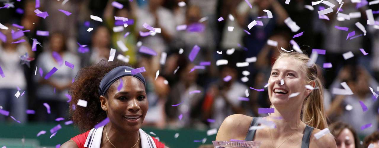 Winner Serena Williams of the U.S. (L) and second-placed Maria Sharapova of Russia pose after their final WTA tennis championships match in Istanbul, October 28, 2012.