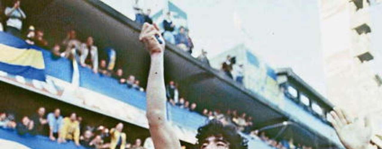 Luego, pasó a Boca Juniors, el equipo de sus amores, donde se convirtió en el máximo ídolo xeneize, pese a solo estar una temporada (1981-82).