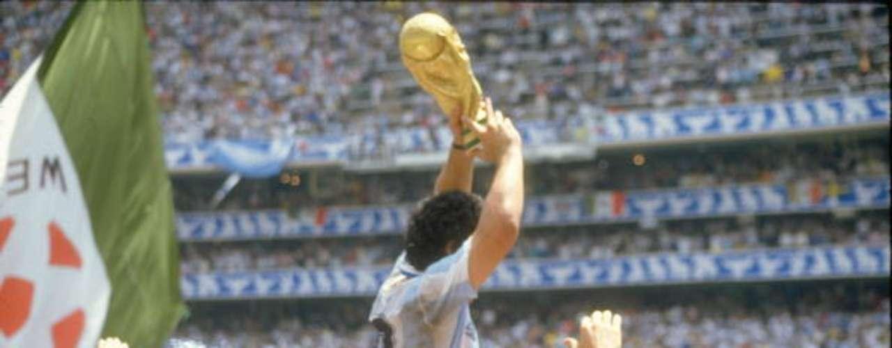 La cumbre del Diego fue cuando alzó la Copa del Mundo en la cancha del Azteca.