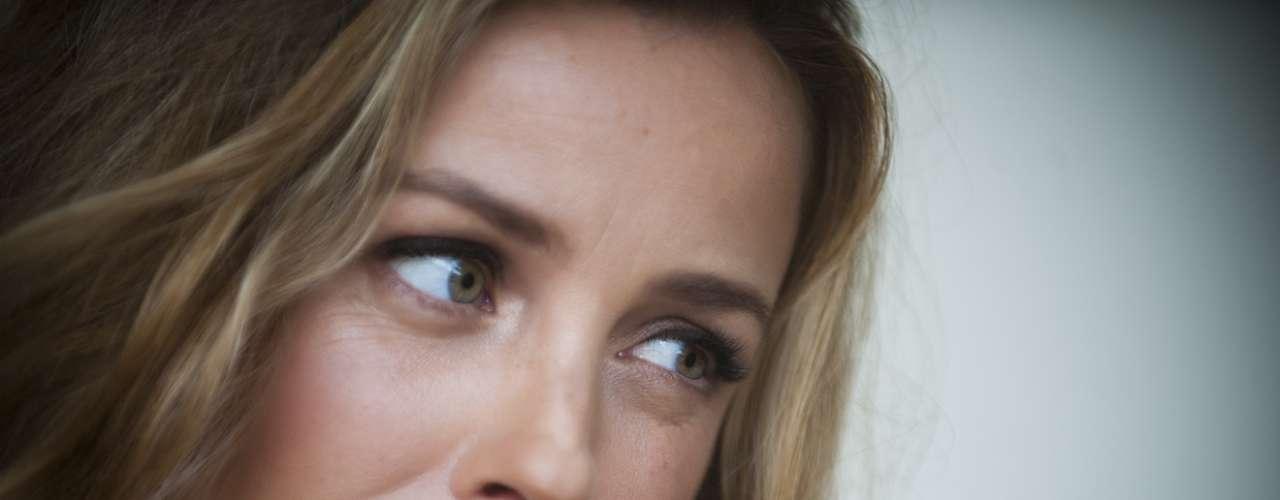 Claudia Conserva pisó por primera vez este martes 30 de octubre Televisión Nacional de Chile como su flamante nuevo rostro. La ex animadora de canales como Chilevisión, el 13 y La Red acaba de regresar de Italia, en donde estuvo viviendo con su familia este 2012, para sumarse a un nuevo proyecto en la red estatal para el 2013. Con el pelo más largo, Conserva ha vuelto a Chile y muy pronto empezará a trabajar en su nueva casa televisiva.