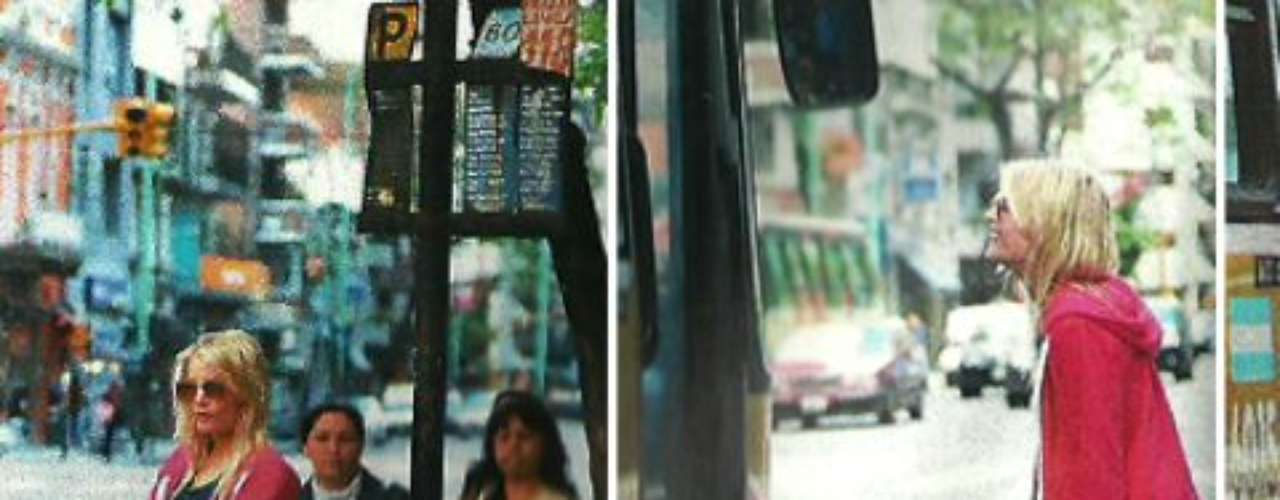 La sueca Alexandra Larsson debutó en Bailando por un sueño, pero haberse vuelto la rubia famosa más hot de la tv le estaría trayendo problemas. Apareció un video porno amateur de la sueca Alexandra Larsson teniendo sexo con dos hombres a la vez. El video estaría en poder de una ex pareja de la rubia que la extorsiona con difundir las imágenes online. El video hot sería de la sueca en una orgía en Puerto Madero. La rubia habría participado de la fiesta sexual en 2008 y el video no tendría el consentimiento de Alexandra Larsson. Leandro Santos, manager de la modelo que deslumbra a Marcelo Tinelli y Jorge Lanata, también recibió un pedido de dinero para que el video porno de la sueca teniendo sexo con dos hombres no salga a la luz. Noelia Santone, jefa de prensa de Santos, dijo: El viernes Alexandra y su manager hicieron la denuncia. Alexandra fue filmada en un departamento mientras mantenía relaciones grupales, en contra de su voluntad, porque había tomado de más, según 26noticias.
