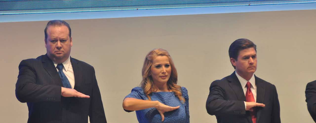 Ataviada con un vestido azul, sobrio y sencillo de acuerdo a la ocasión, la panista acaparó los reflectores en el escenario del Teatro de la Ciudad, donde encabezó la ceremonia protocolaria de protesta de los nuevos integrantes del Cabildo de la ciudad de Monterrey