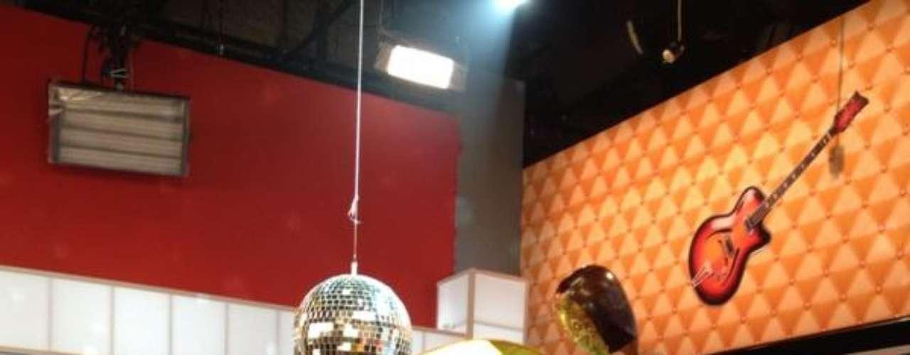 El imitador Camilo Cifuentes apareció disfrazado de 'La Máscara' durante el programa 'Día a Dia'.
