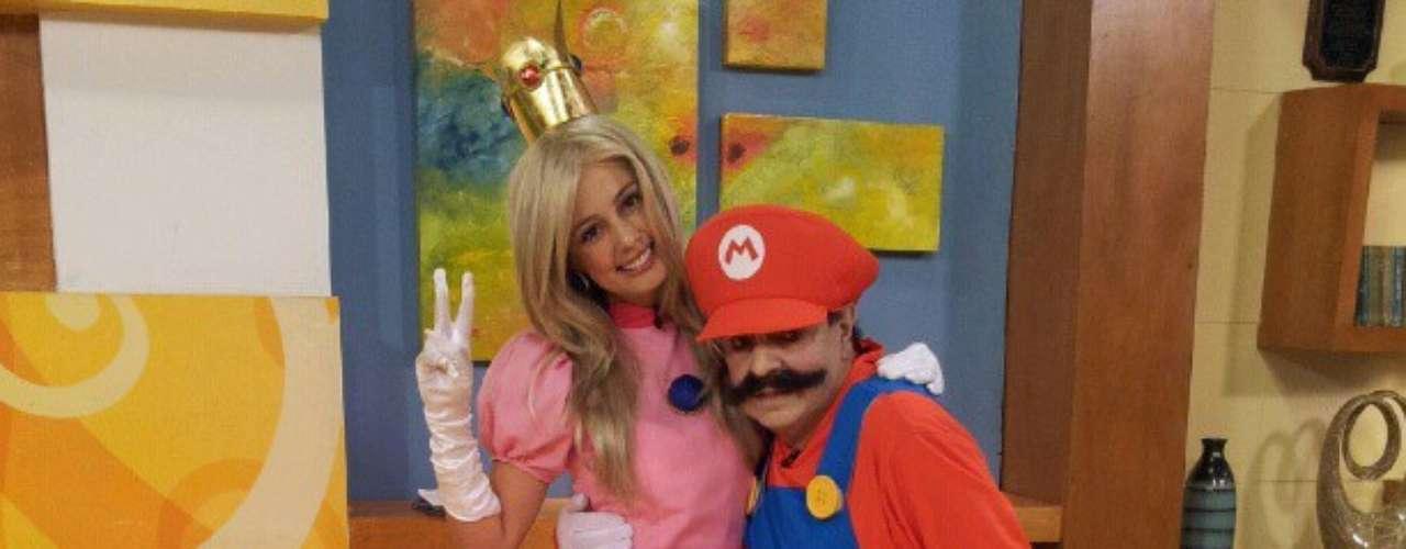 En el programa 'Muy buenos días' del canal RCN, los presentadores se disfrazaron de los personajes de Mario Bross. Milena López, la princesa publicó esta foto en Twitter junto a Mario Bross.