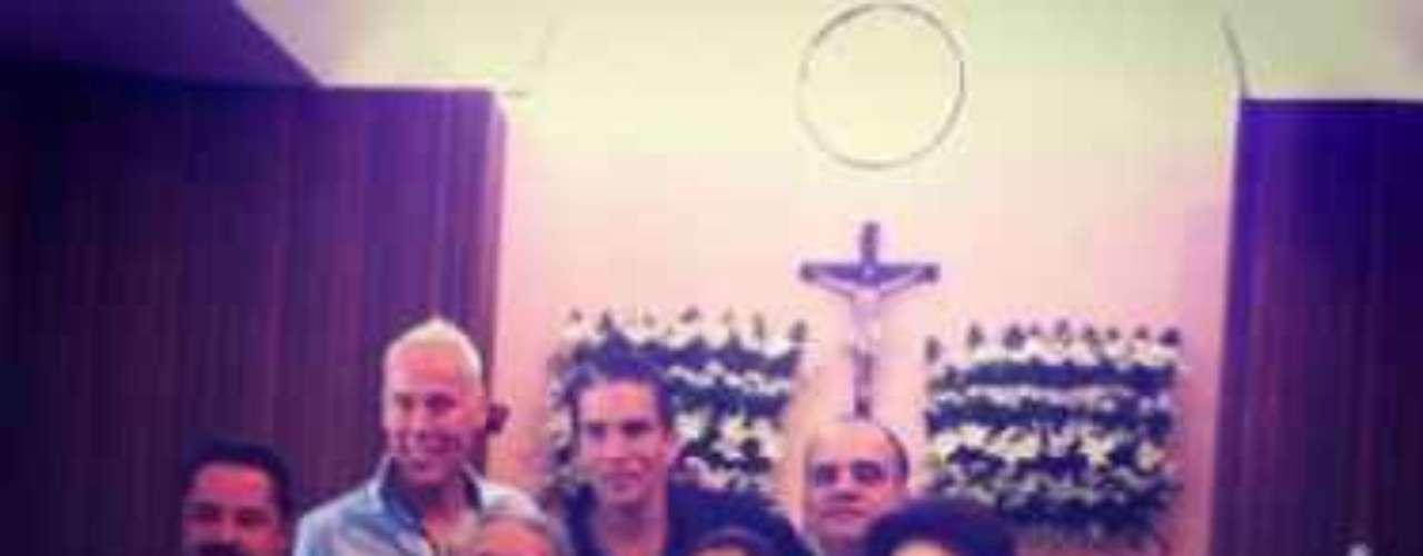 Galilea Montijo y su esposo Fernando Reina, bautizaron a su hijo Mateo la mañana del sábado en el Centro Comunitario Itzimná, en la ciudad de Mérida, Yucatán, y aunque la pareja ha vendido la exclusividad a una revista, una imagen tomada por uno de los asistentes ha sido difundida en Twitter. ajo estrictas medidas de seguridad, y teniendo como madrina a la ex gobernadora de esa entidad, Ivonne Pacheco, a la ceremonia le siguió una fiesta en una hacienda al oriente de Mérida.Andrea Legarreta, Raúl Araiza y Alan Tacher, fueron unos de los invitados de gala