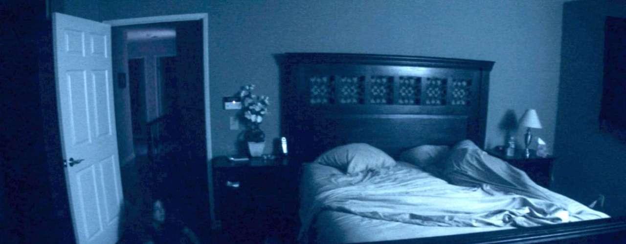 Actividad paranormal (2007): Una pareja es perseguida por un ente en su propia casa. El novio decide documentar todo lo que sucede con una cámara de video, aunque a ella no le hace mucha gracia. Todo parece muy tranquilo hasta que las manifestaciones terroríficas comienzan a ser más frecuentes, y luego más violentas. Presupuesto 50 mil dólares Recaudación: 250 millones de dólares