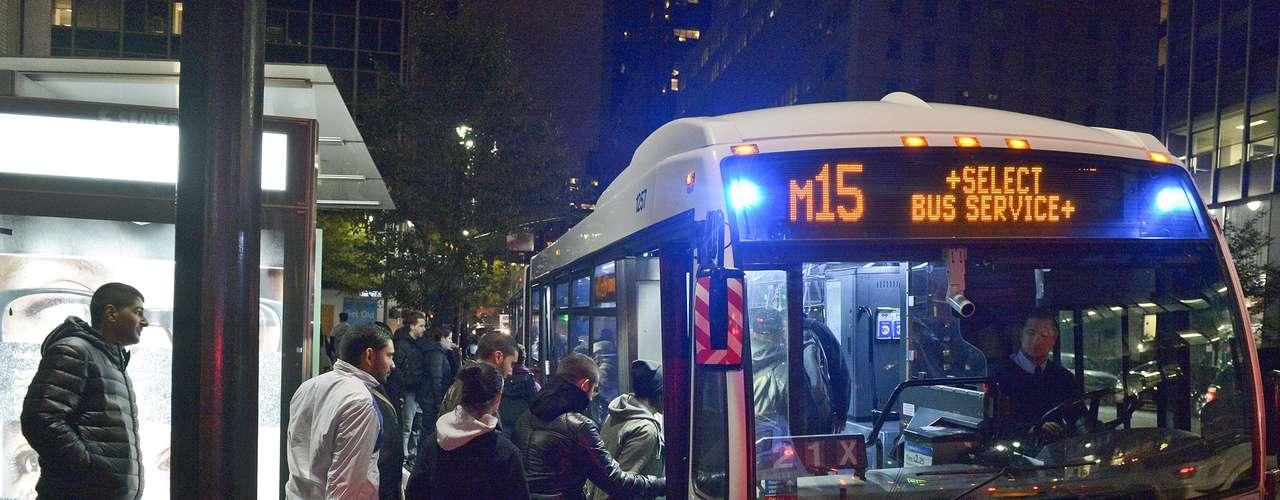 El gobernador Andrew Cuomo dijo que el servicio de autobuses se restauraría a las 5 de la tarde, con horario limitado pero gratuito. Señaló que espera que el miércoles haya servicios completo, también gratis.
