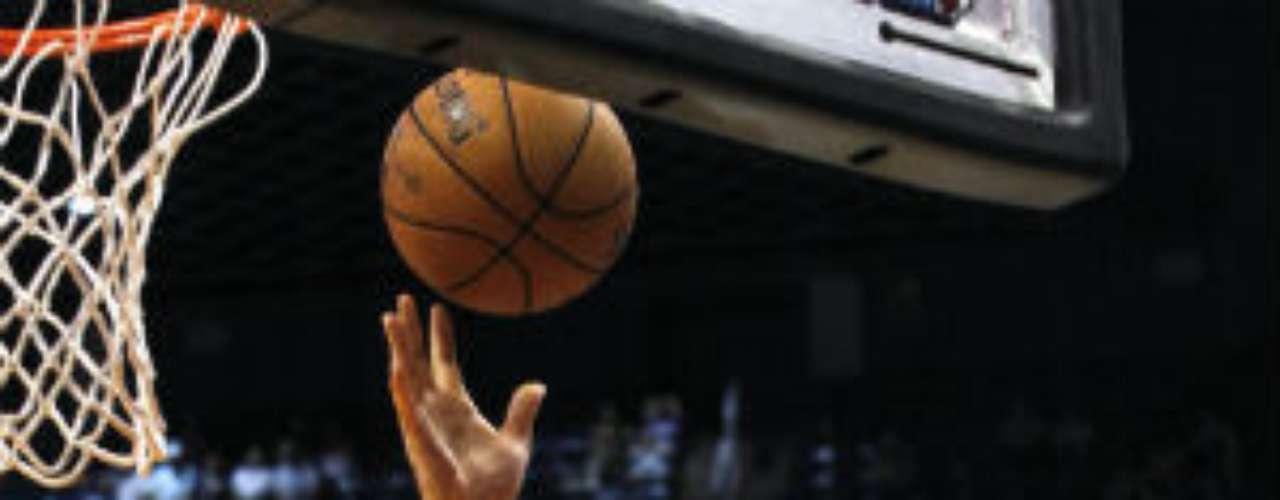 Tras ser cortado por Houston, el poste argentino Luis Scola (blanco) ha encontrado una nueva oportunidad en la reestructuración de los Phoenix Suns. Jugará su sexta campaña en la NBA.