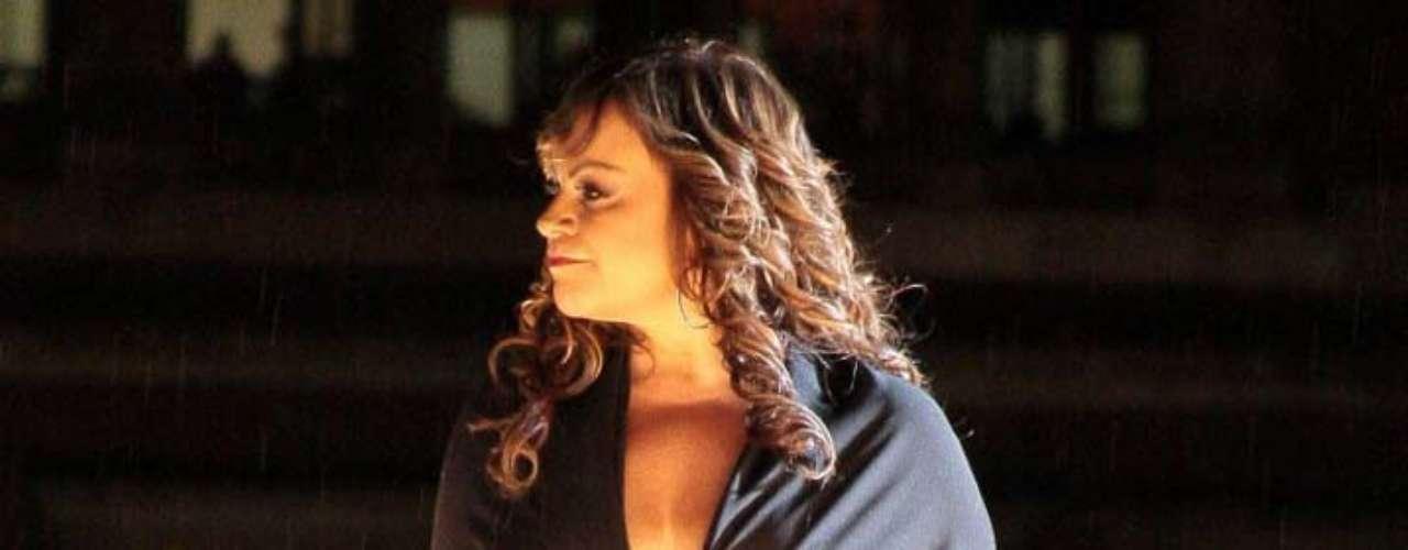 La noche del viernes 2 de noviembre, la hermana de Lupillo Rivera también dio voz a sus temas del disco, 'Joyas Prestadas', entre ellos, 'A Cambio de Qué', 'Así Fue' y 'Basta Ya'.