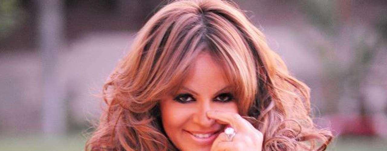 Janney Dolores Rivera Saavedra, debutó a inicios de los años 90 con discos como 'Si Quieres Verme Llorar' y 'Reina de Reinas'.