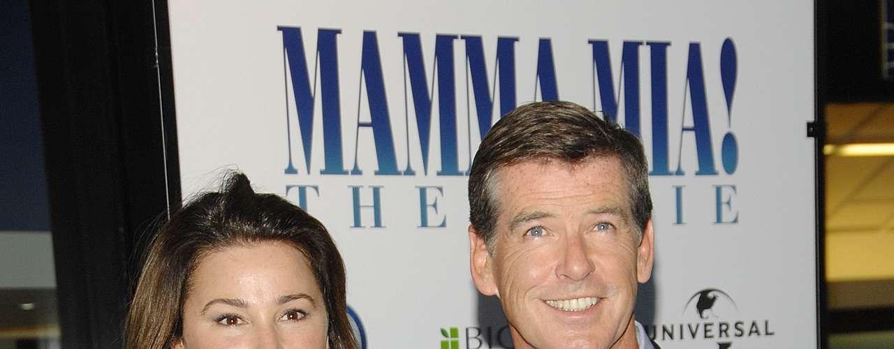 Pierce Brosnan y Keely Shaye Smith. Keely es la segunda esposa del actor, es periodista y se casó en el mes de agosto del año 2001