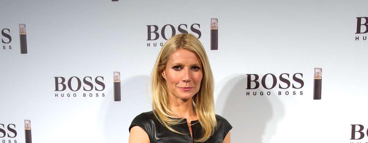 Gwyneth Paltrow acudió enfundada en este vestido negro de cuero para la presentación del perfume de Hugo Boss del que es imagen. El look no es malo, pero nos hubiera gustado que la rubia cuidara su maquillaje y peinado un poco más.