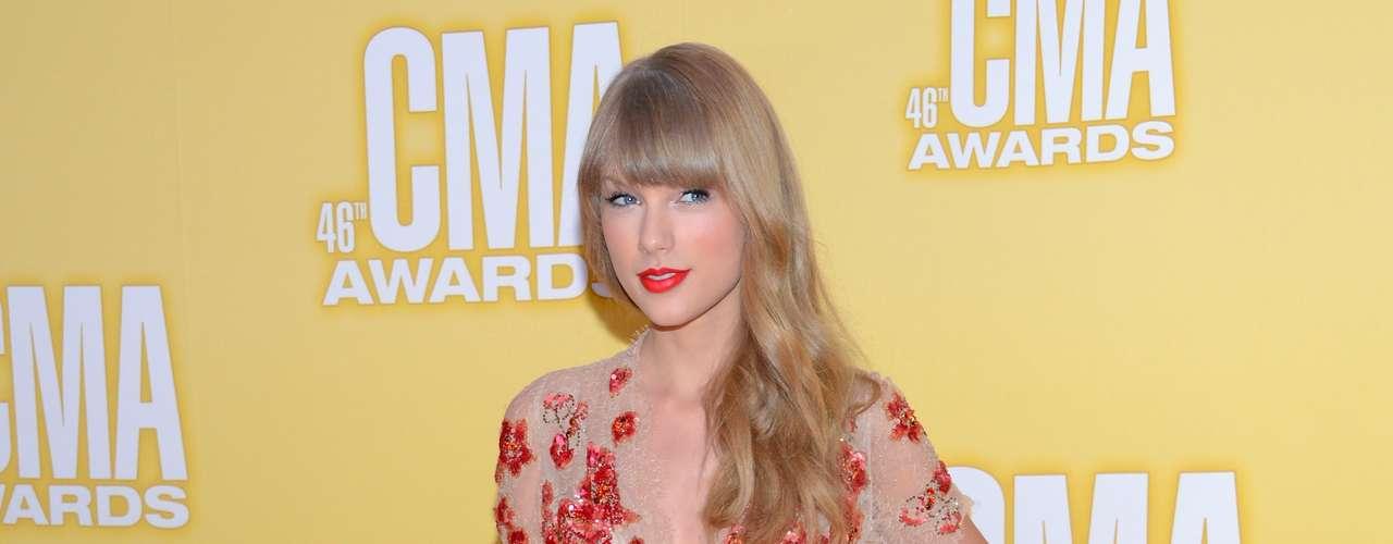 Aplaudimos que Taylor Swift se haya quitado esos vestidos de corte clásico que la hacían ver de mayor edad. Esta combinación en nude y rojo fue bastante afortunada.