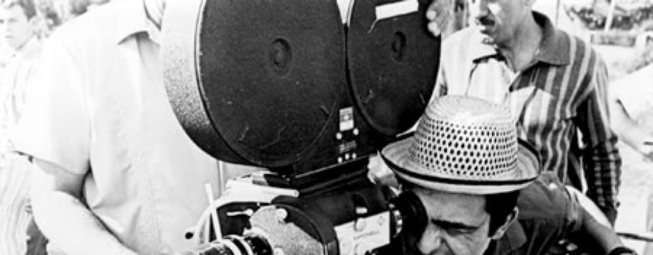 Favio fue un cineasta autodidacta que aprendió gran parte de lo que sabía en los sets, trabajando como actor a las órdenes de directores experimentados.
