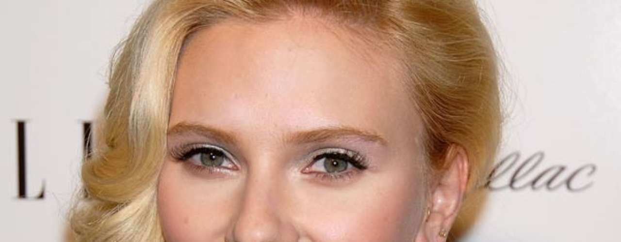 Scarlett Johansson es considerada como una de las más sexys en Hollywood. Con el paso del tiempo, Scarlett se ha convertido en musa de varios directores como Woody Allen y ella ha respondido con sus sorprendentes actuaciones en pantalla. Siempre sexy, a la actriz se le recuerda más por sus papeles exitantes en el cine. Ahora, ¡un repaso por las aventuras sexuales de Scarlett Johansson en la pantalla grande!