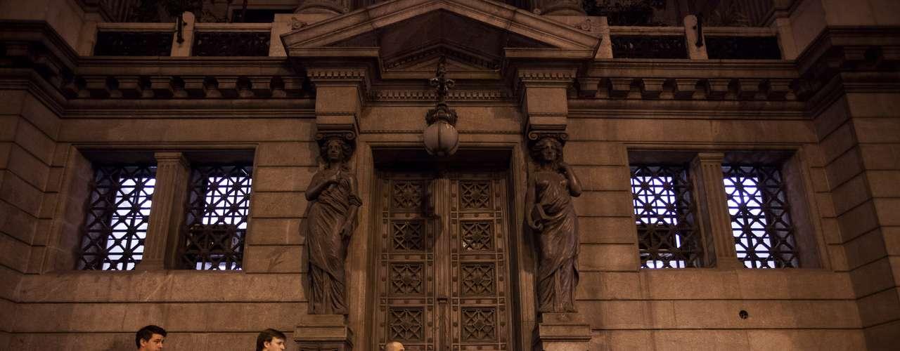 Admiradores de Leonardo Favio hacen fila el lunes 5 de noviembre del 2012 para darle un último adiós al cantante y cineasta, cuyos restos eran velados en el Congreso nacional, en Buenos Aires, Argentina. (AP Foto/Víctor R. Caivano)