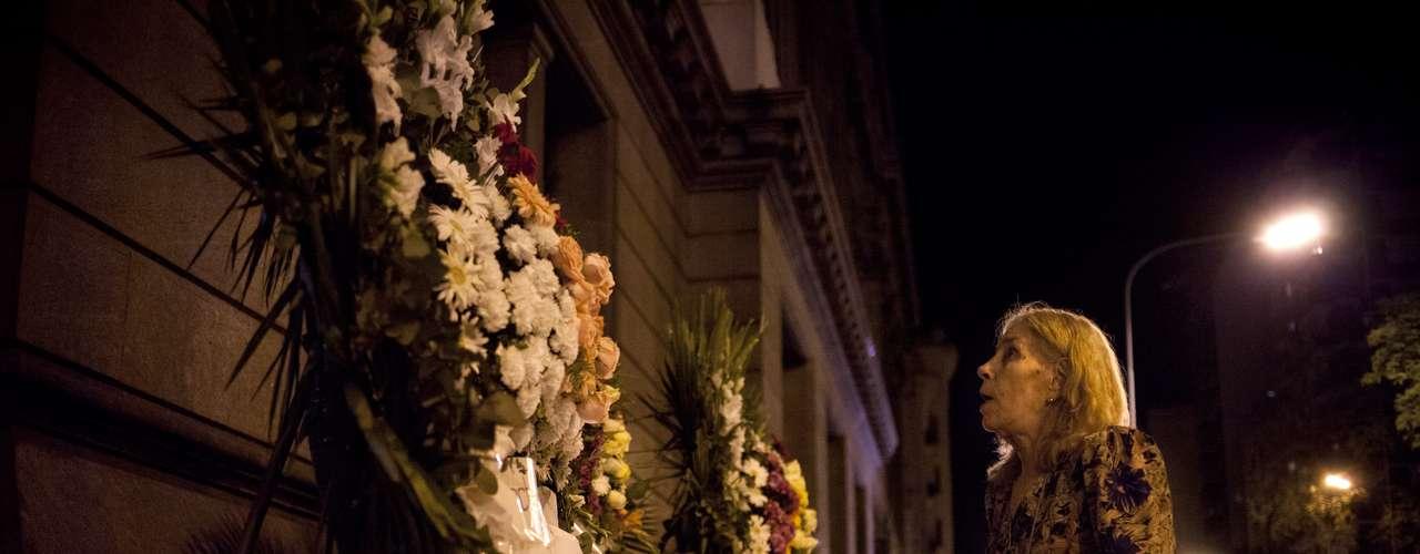 Una mujer mira una corona de flores colocada afuera del Congreso nacional en memoria de Leonardo Favio el lunes 5 de noviembre del 2012 en Buenos Aires, Argentina. Los restos del laureado cantante y cineasta, quien murió el lunes, eran velados en el Congreso y serían enterrados el martes. (AP Foto/Víctor R. Caivano)