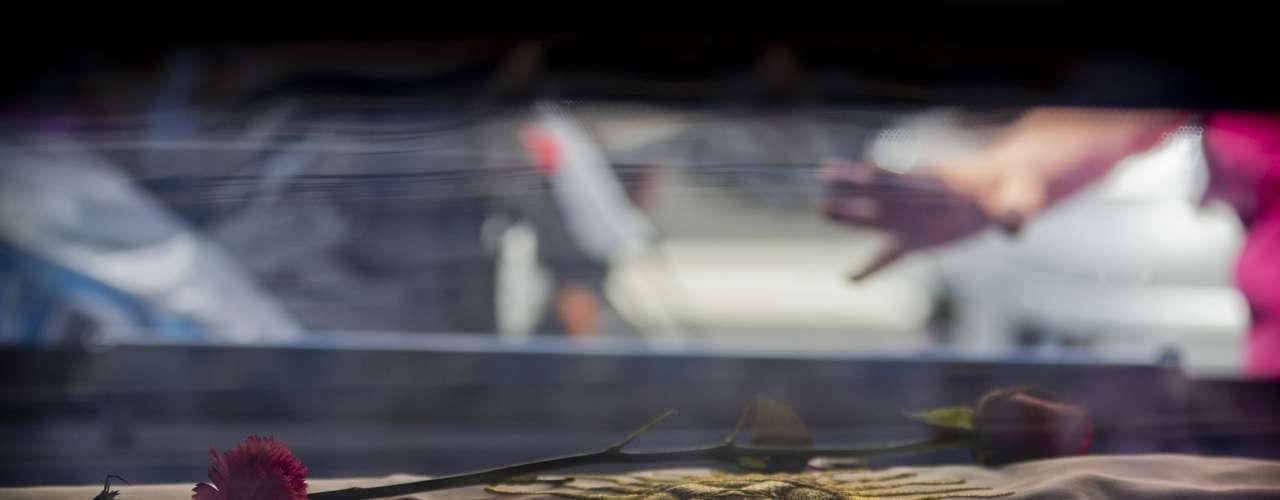El ataúd del cantante y cineasta argentino Leonardo Favio dentro de su carroza fúnebre en Buenos Aires, Argentina, el martes 6 de noviembre de 2012. Leonardo Favio murió el lunes 5 de noviembre de 2012. (Foto AP/Victor R. Caivano)