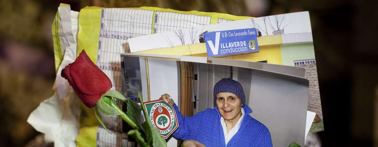 Una mujer sostiene una fotografía del cantante y cineasta Leonardo Favio el lunes 5 de noviembre del 2012 en Buenos Aires, Argentina. Favio murió el lunes. Sus restos eran velados en el Congreso y serían enterrados el martes por la tarde. (AP Foto/Víctor R. Caivano)