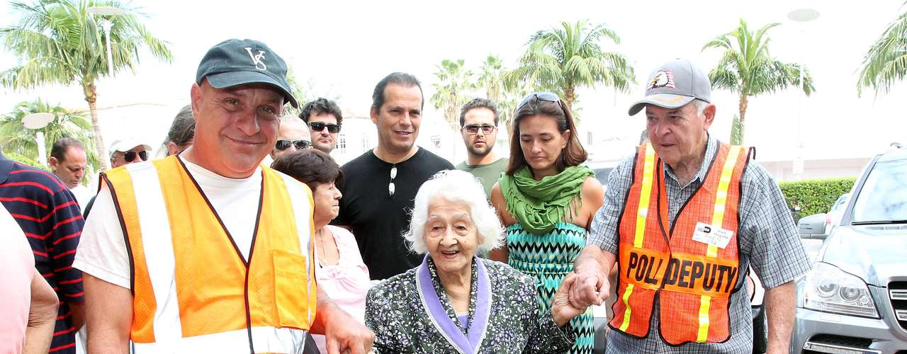 The North American elections mobilize millions of people, voters, volunteers, security, etc., turning each state into an array of colors and emotions. In this photo, a large amount of Americans prepare to vote. In this picture, a 106-year old Colombian, Isabel Castano Restrepo, gets the help of some electoral volunteers in Miami Beach.