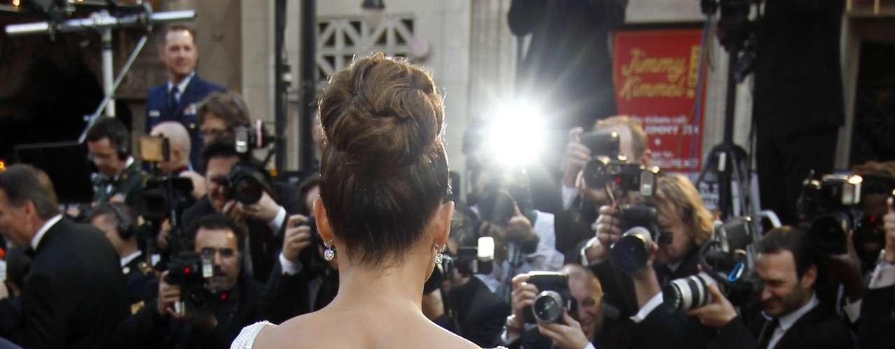 Jennifer Lopez cautivó con su escote en la espalda y bueno, también con el incidente que dejó ver su 'pechonalidad'.