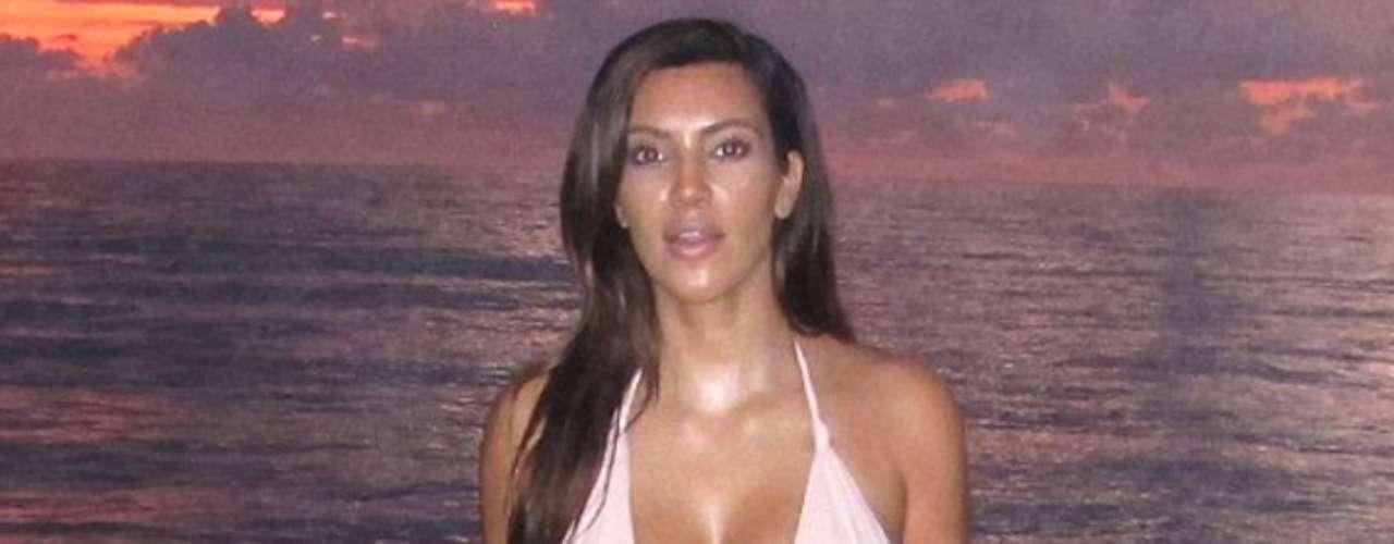 La socialité Kim Kardashian elevó la temperatura de Miami al presumir sus frondosas curvas por sus playas.