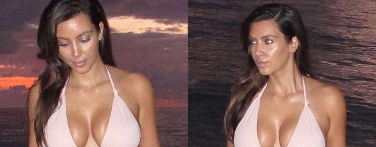 La estrella de 32 años lució sus impresionantes curvas en un bikini color rosa mientras caminaba en la orilla del mar.