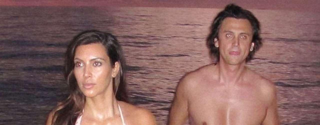 Durante su paseo por la playa, Kim Kardashian se aseguró de no mostrar de más, por lo que constantemente estuvo acomodándose la parte inferior del bikini.