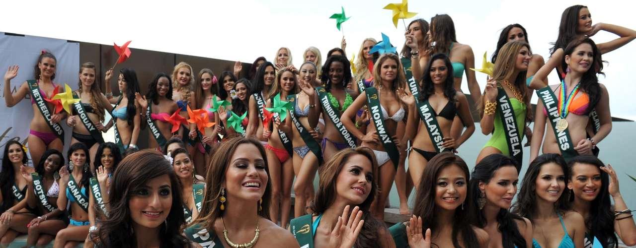 Este casi centenar de bellezas aspirantes al título de Miss Tierra 2012 se congregaron alrededor de la piscina del hotel Best Western Premier F1 ubicado en la ciudad de Manila en Filipinas.