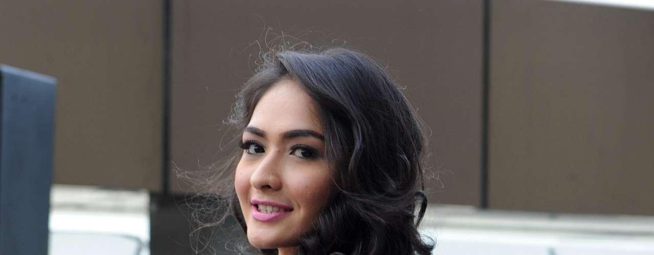 Chelsy Liven representante de Indonesia posa para los medios durante el desfile que tuvo lugar alrededor de la piscina del hotel Best Western Premier F1, mostrando su elegancia y encanto.