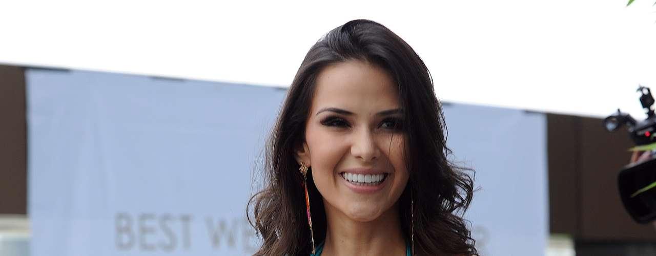 A ritmo de samba hizo presencia en el desfile la candidata de Brasil, Camila Brant.