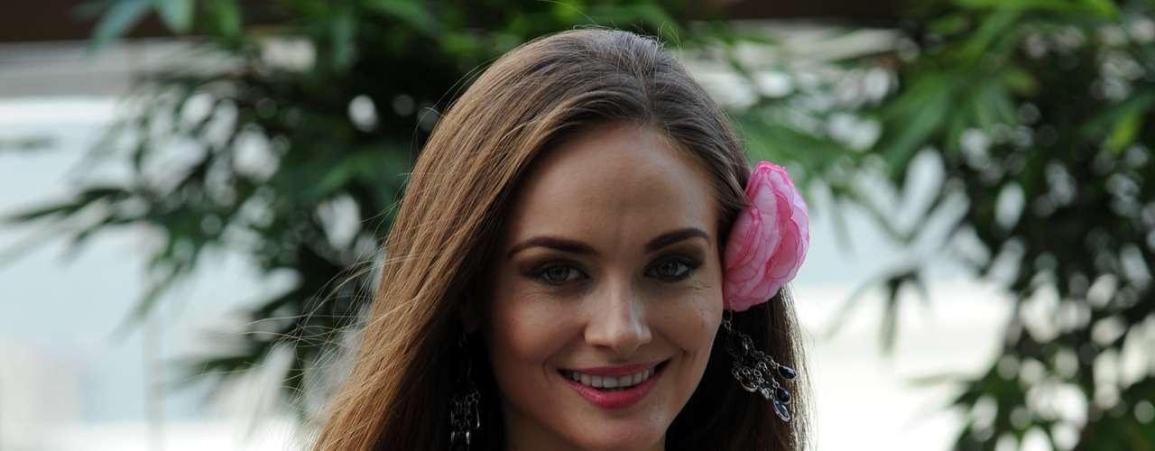 Así mismo Miss Moldavia Aliona Chitoroaga, llamó la atención con su look fresco y muy femenino.