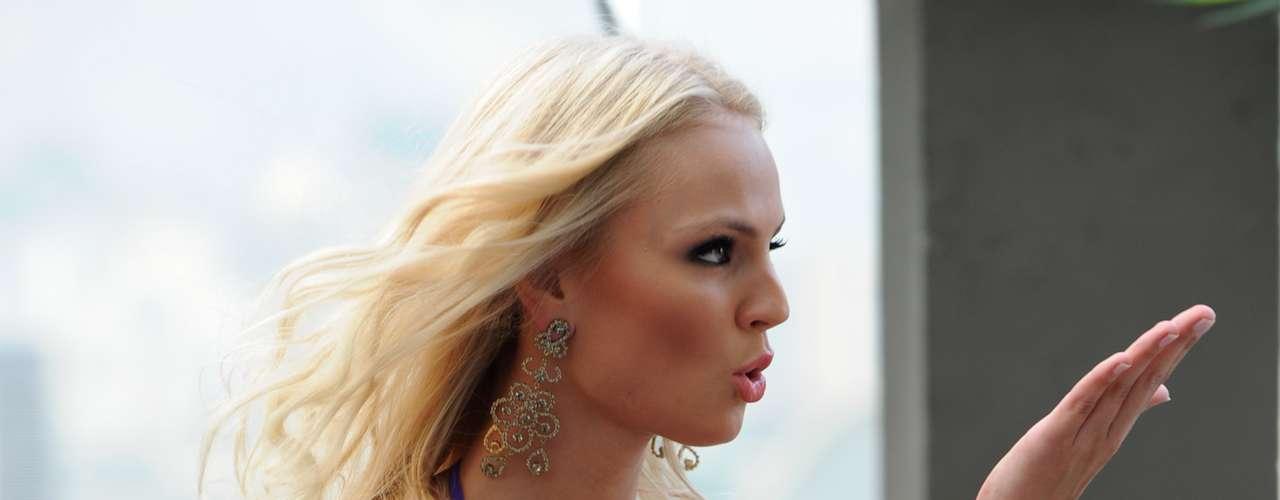 Muy coqueta se presenta la candidata de República Checa, Teresa Fajksova, quien deleitó a los presentes con sus besos para la audiencia.