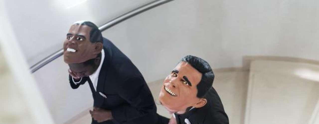 La moda se extendió lejos de Estados Unidos. Dos hombres se disfrazaron de Barack Obama y Mitt Romney durante un evento del conglomerado de mass media Bertelsmann, en Berlín. Los alemanes parecen más justos, con una máscara para cada candidato  pero, pensándolo bien, el republicano anda con una expresión facial un tanto diabólica, ¿no?