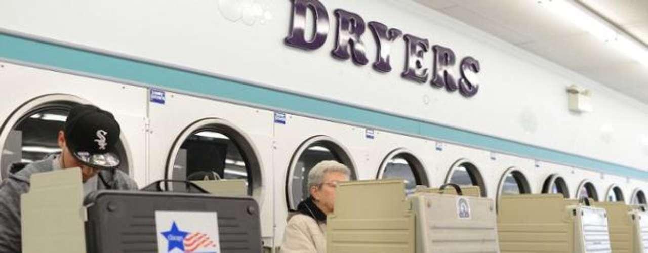 Por una política limpia (¿o sería por falta de colegios electorales adecuados?), una lavandería fue utilizada por electores en Chicago, ciudad que estrena un nuevo mapa distrital este año. El problema es que, al parecer, las únicas máquinas que pudieron ser utilizadas por los clientes fueron las urnas electrónicas.