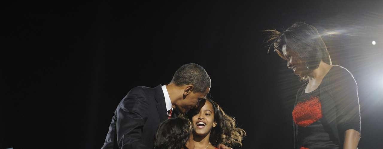 El 4 de Noviembre del 2008, Malia (en rojo) y Sasha (de negro) fueron las estrellas de la noche al celebrar con su familia el histórico triunfo de Barack Obama en la contienda electoral por la presidencia de Estados Unidos.