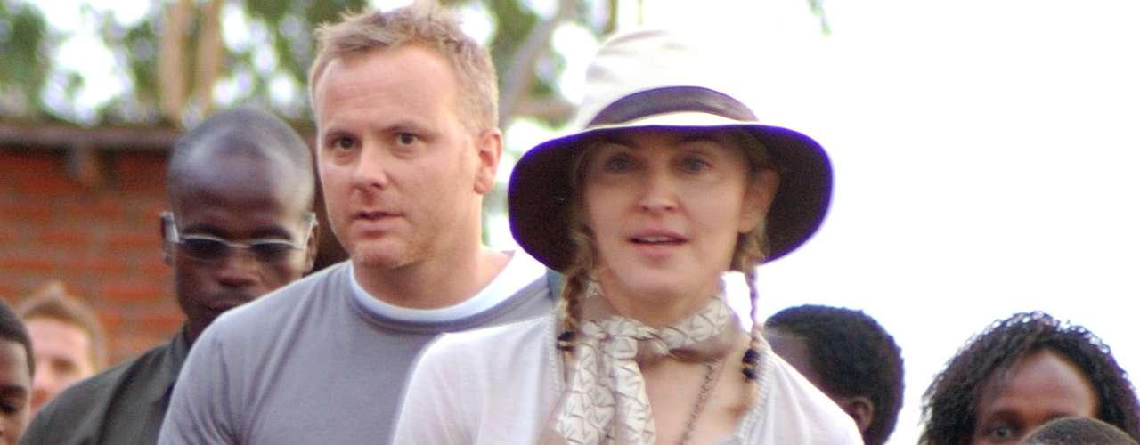 Madonna. David Banda Mwale Ciccone Ritchie nació en septiembre de 2005 en Malawi, Africa. Su ex marido Guy Ritchie lo llevó a su casa en Inglaterra en octubre de 2006. Mercy James nació en enero de 2006 en Malawi y si bien en principio no aprobaron su adopción , en 2009 Madonna ya estaba con su pequeña.