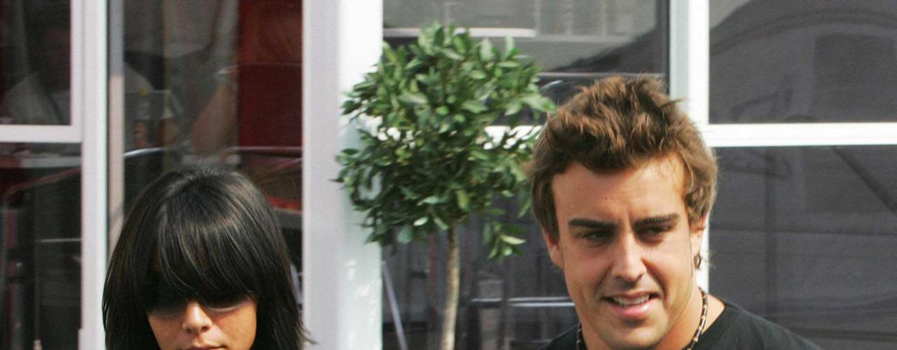 Fernando Alonso está casado con una popular cantante de un grupo pop de España. Raquel del Rosario con quien contrajo nupcias en el 2006.