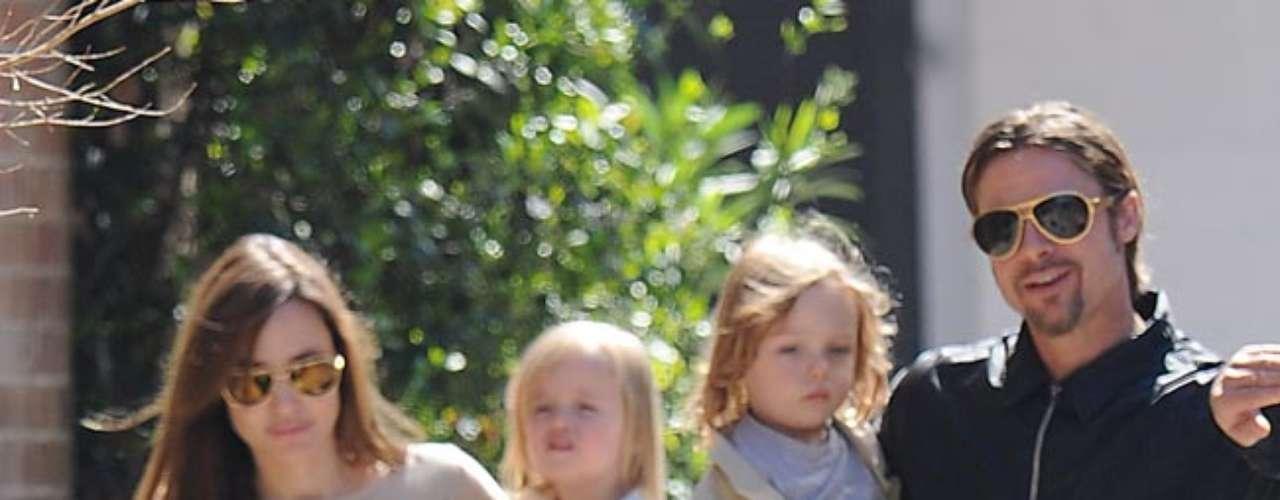 Angelina Jolie. Maddox Chivan nació en agosto de 2001 en Camboya y adoptado en marzo de 2002; Pax Thien nació en noviembre de 2003 en Vietnam y adoptado en marzo de 2007 (su nombre fue sugerido por la difunta madre de Jolie, Marcheline Bertrand, antes de morir); , Zahara Marley nació en enero de 2005 en Etiopía y se aprobó en julio de 2005.