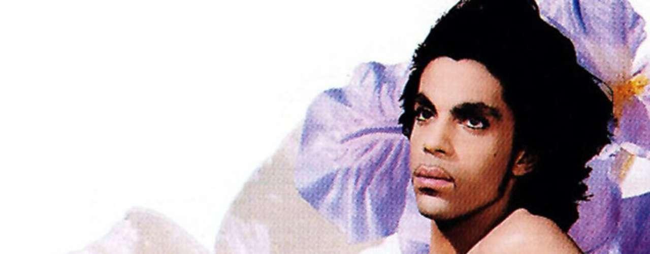 Prince se quitó la ropa para la portada de su disco 'Lovesexy' (1988). Las imágenes en donde posa con una mano en el pecho y rodeado de flores fueron realizadas un año antes del lanzamiento del álbum por el fotógrafo, Jean-Baptiste Mondino.