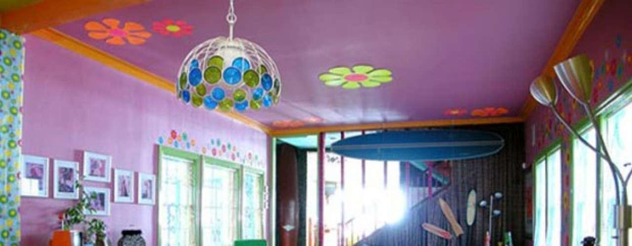 Aléjate de los colores neutros, violeta, morado, naranja, verde, turquesa, azul, amarillo en sus tonos más vibrantes y llamativos son magníficos para darle a tu decoración un toque neo hippie contemporáneo.
