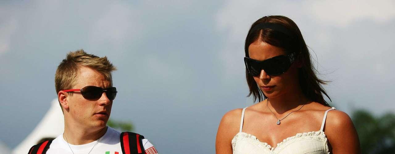 Kimi Raikkonen, ganador del Gran Premio de Abu Dhabi, sale con la modelo y ex Miss Escandinava Jenni Dahlman.