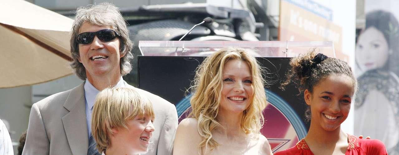 Michelle Pfeiffer: En 1993 consiguió la custodia de Claudia Rose (en la foto, a la derecha) , cuando aún se encontraba soltera, ese mismo año tuvo su primer hijo biológico con su esposo David Kelley