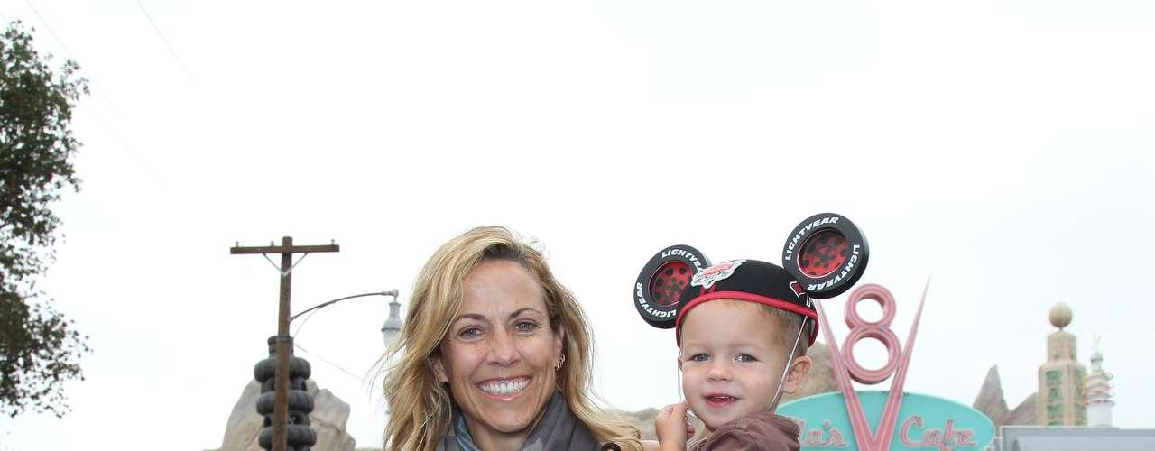 Sheryl Crow.  La cantante adoptó a Wyatt Steven el 29 de abril de 2007. Wyatt es el segundo nombre de padre de Sheryl, y Steven fue escogido en honor a su hermano y su manager. Crow adoptó otro hijo, Levi, que nació el 30 de abril de 2010.