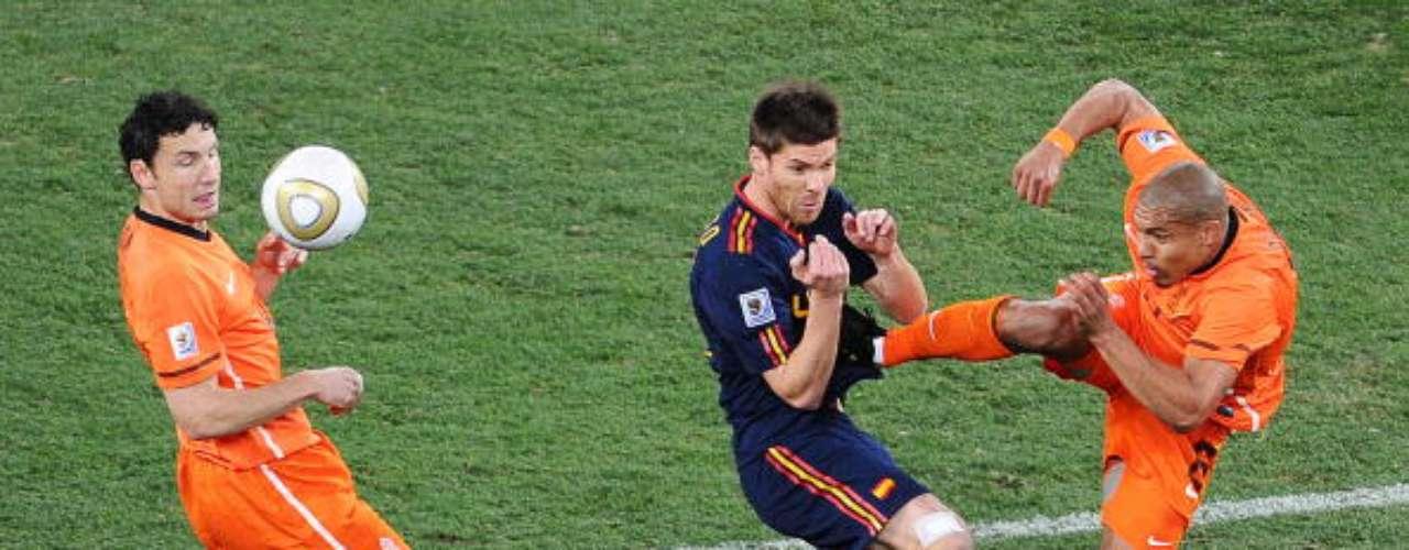 Nigel de Jong sobresale por su fama de 'suavecito'. El escudo holandés tiró esta patada de karateca a Xabi Alonso en la final mundialista de Sudáfrica 2010. Increíblemente no fue expulsado.